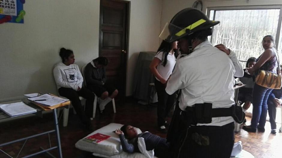 Aparentemente un estudiante destapó un aerosol con gas pimienta dentro de una clase. (Foto: BVoluntariosGT)