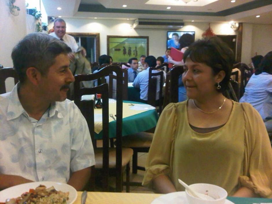 """La ministra Eunice Mendizábal en otra imagen con el piloto aviador Otto Gramajo, a quien ella presentó en varias ocasiones como """"su asesor"""", pese a que legalmente no lo es."""