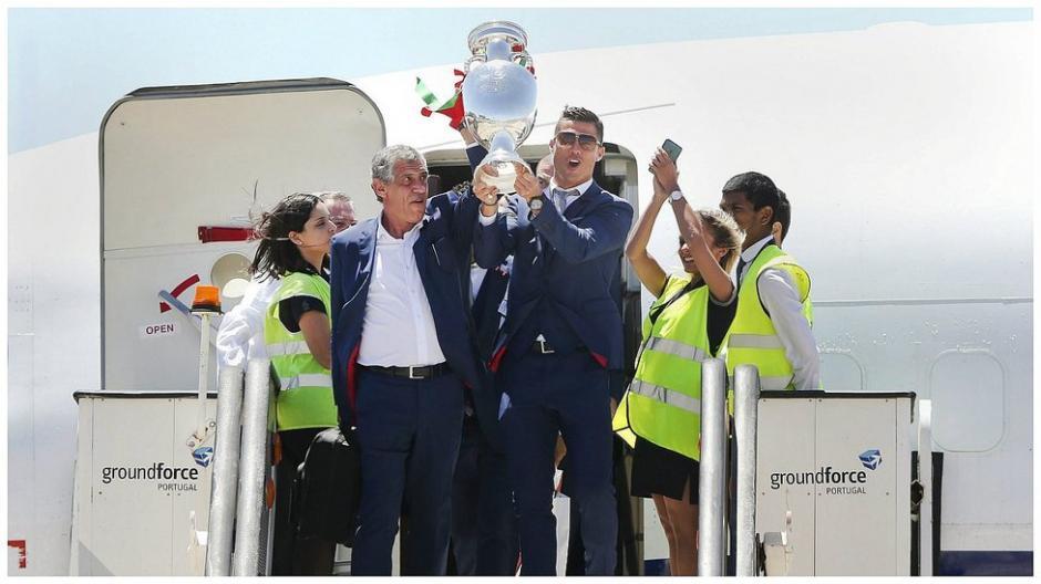 Al bajar del avión CR7 presentó la copa a los aficionados y medios de comunicación. (Foto: EFE)