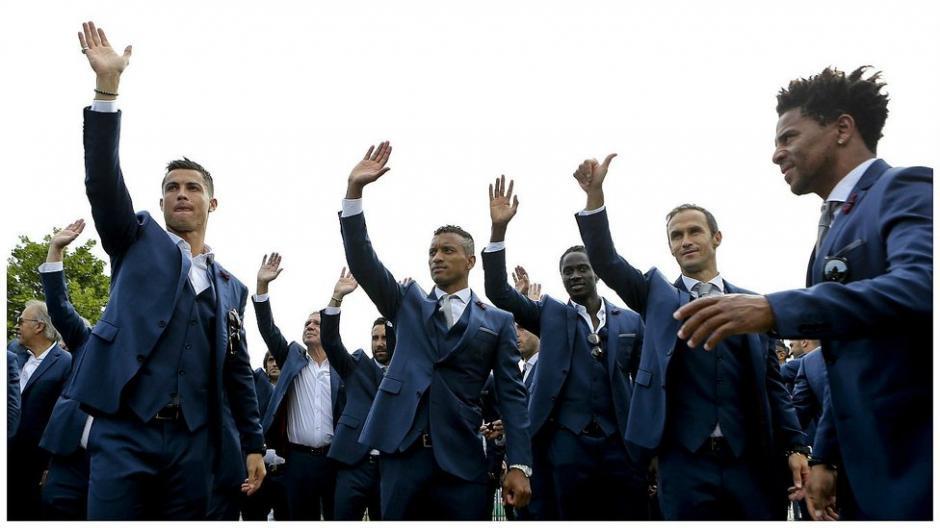 CR7 y sus compañeros saludan a los aficionados portugueses. (Foto: AFP)