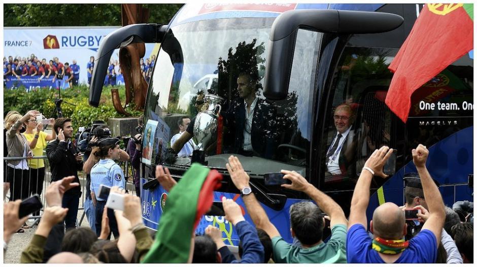 Los aficionados reciben a los seleccionados portugueses como héroes. (Foto: EFE)