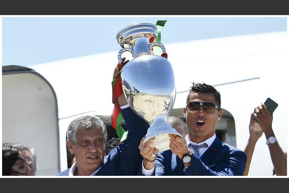 CR7 y Fernando Santos levantan la copa de Campeones de Europa. (Foto: AFP)
