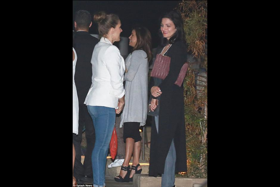 Las luces y lo delgado del pantalón de Eva revelaron el color de su ropa interior. (Foto: x17Online.com)