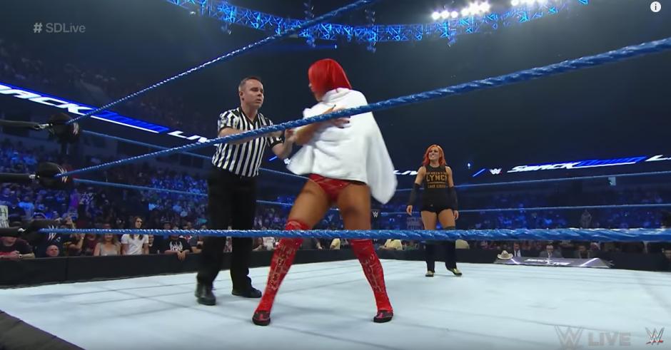 El juez dio por terminada la pelea. (Captura de pantalla: WWE/YouTube)