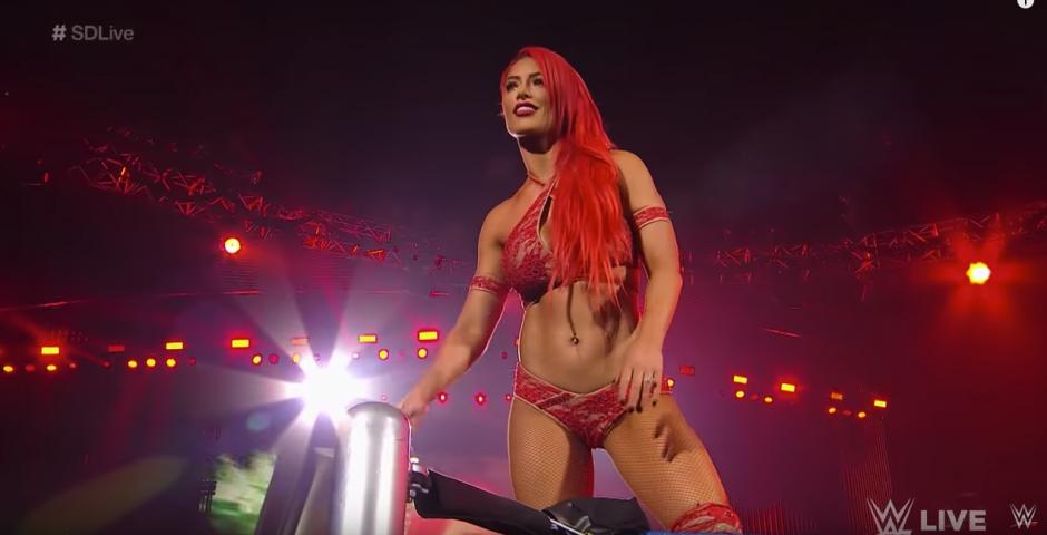 Eva Marie hizo una entrada triunfal. (Captura de pantalla: WWE/YouTube)