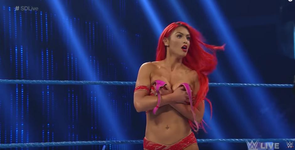Repentinamente su sostén le había jugado una mala pasada. (Captura de pantalla: WWE/YouTube)