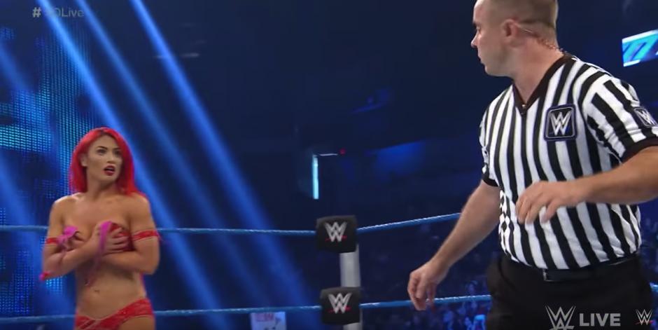 El arbitro pidió una toalla. (Captura de pantalla: WWE/YouTube)