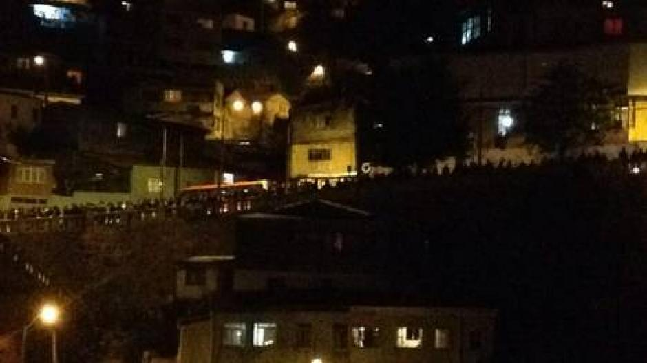 En Valparaíso la gente buscó refugio tras la alerta de tsunami que ya fue anulada. (Foto:Efe)