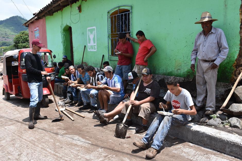 Vecinos se organizaron para limpiar las calles del lugar. (Foto: Emeldina Rizzo/Nuestro Diario)