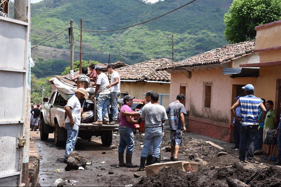 Vecinos se organizaron para limpiar las calles. (Foto: Emeldina Rizzo/Nuestro Diario)