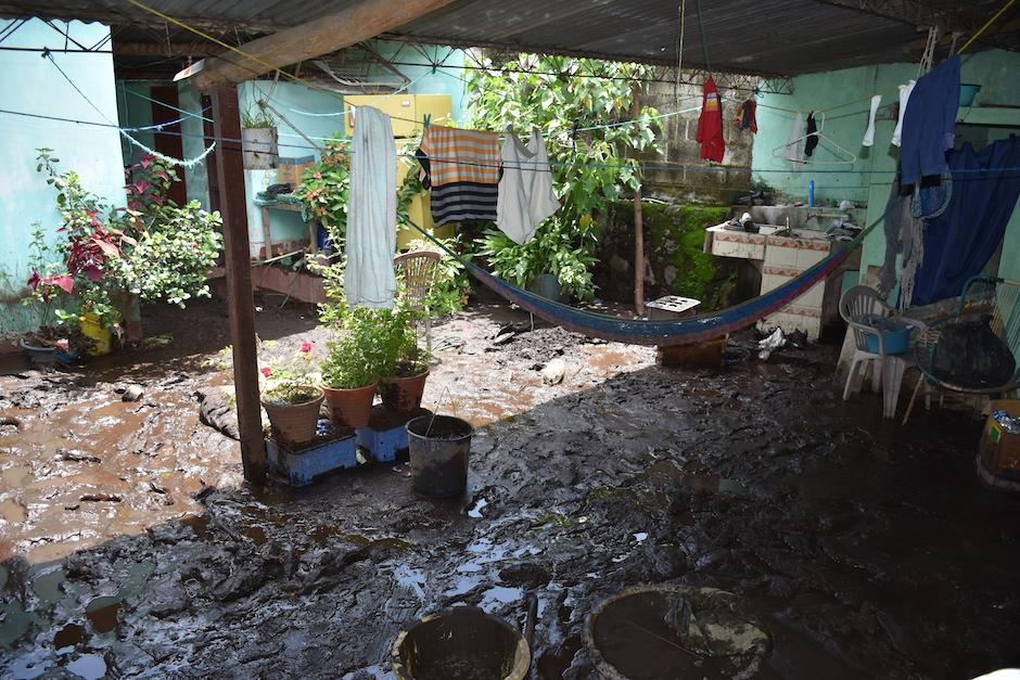 Correntadas de lodo inundaron las viviendas. (Foto: Emeldina Rizzo/Nuestro Diario)