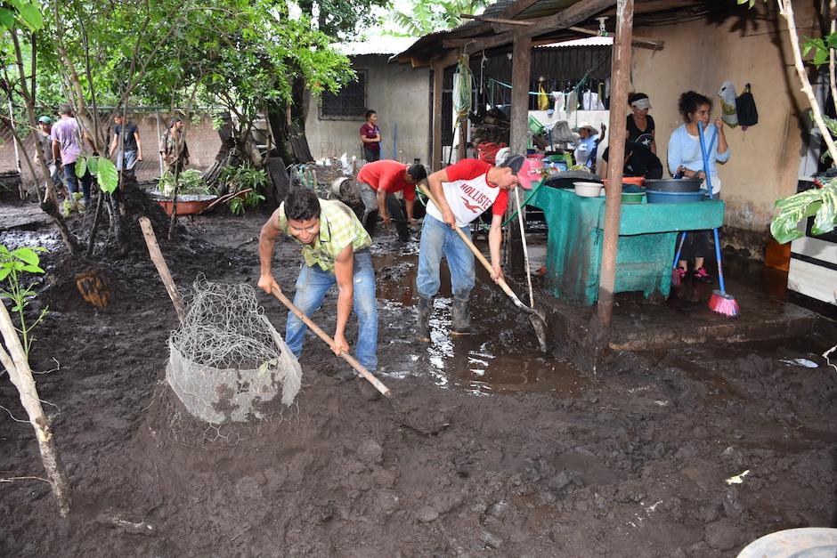 Las corrientes de lodo inundaron algunas viviendas. (Foto: Emeldina Rizzo/Nuestro Diario)