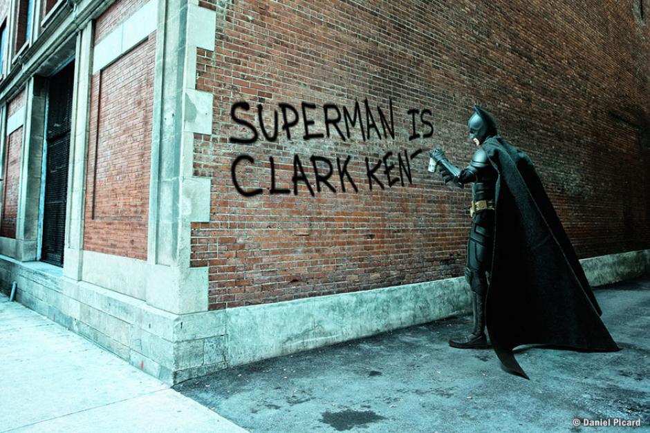 Batman es captado haciendo una pequeña travesura a su amigo Superman. (Foto: Daniel Picard)
