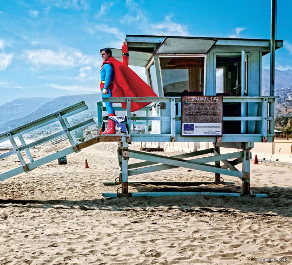 Superman es captado en un momento de esparcimiento junto a la playa, cuidando el puesto de un salvavidas. (Foto: Daniel Picard)