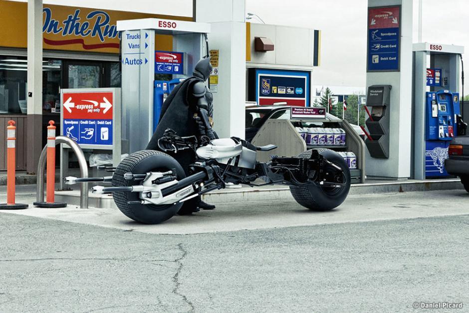 Batman se detiene por un momento a llenar el tanque y así comenzar el día. (Foto: Daniel Picard)