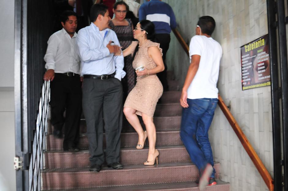 La exdiputada Julia Maldonado no pasó desapecibida en los Tribunales debido a su vestido entallado color piel. (Foto: Alejandro Balán/Soy502)