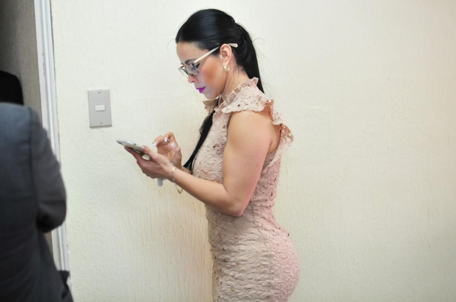 La exdiputada Julia Maldonado se comunica vía celular durante un receso en la segunda audiencia del juicio que inicio en su contra por peculado. (Foto: Alejandro Balán/Soy502)