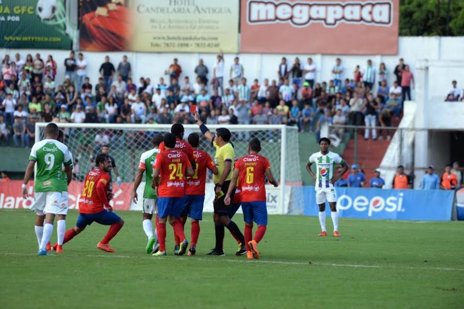 El árbitro, Ever López, persigue por varios metros a Carlos Ruiz para mostrarle la tarjeta roja. (Foto: Nuestro Diario)