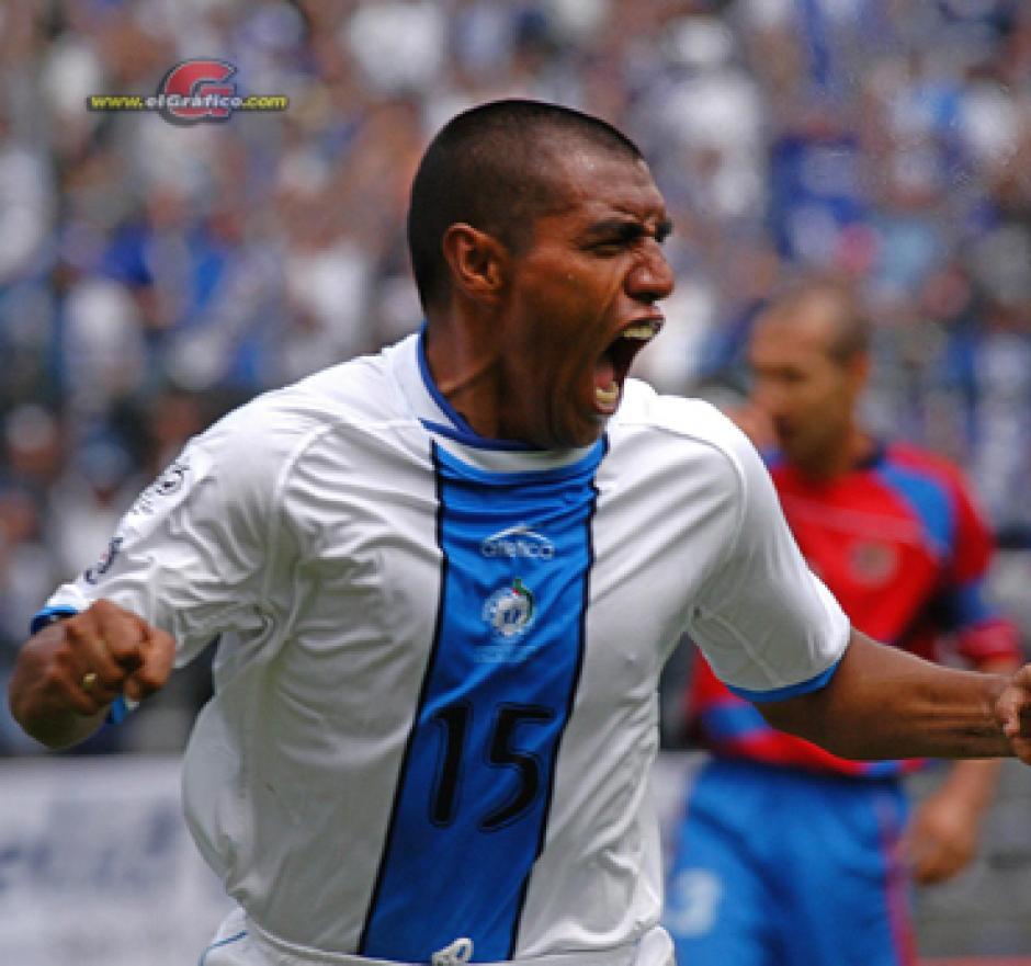 """Quien no recuerda el 5 de septiembre del 2004 cuando """"el Pin"""" Plata le marcó doblete a Costa Rica en el Mateo Flores, la eliminatoria mundialista. (Foto: El Gráfico.sv)"""