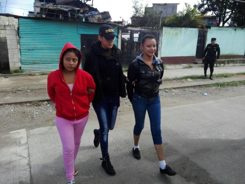 Dos mujeres de 18 años se encuentran entre los detenidos por extorsión. (Foto: PNC)