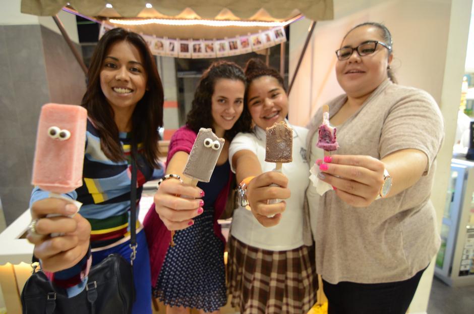 """Consumidoras de """"Eyespop"""", las paletas con ojitos, eligen su sabor favorito. (Foto: Selene Mejía/Soy502)"""