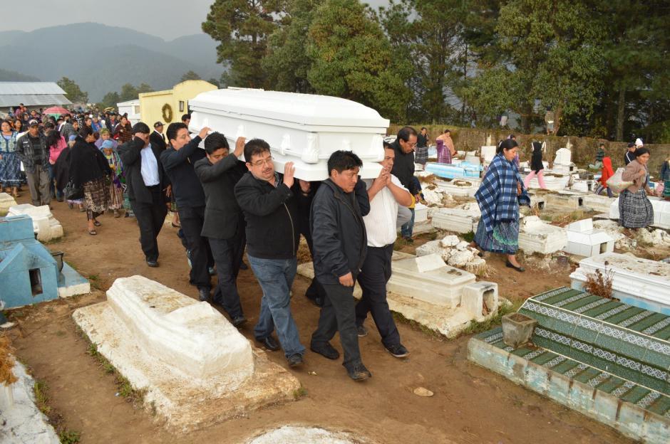 Familiares y amigos acompañaron el cortejo fúnebre en Totonicapán. (Foto: José García)