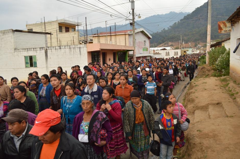 Cientos de vecinos, amigos y familiares acompañaron el funeral de Deisy y sus hijas. (Foto: José García)
