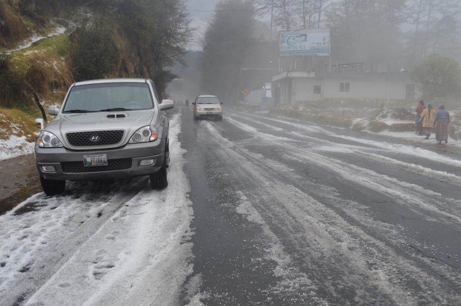 Los vehículos tuvieron que detenerse ante lo denso de la capa de granizo que cayó en Totonicapán esta tarde. (Foto: José García/ Nuestro Diario)