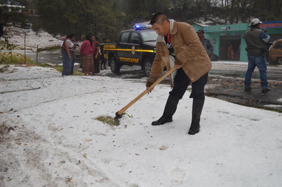 Con palas, decenas de pobladores intentaron retirar el hielo, para evitar el daño en plantaciones y cultivos.(Foto: José García/ Nuestro Diario)
