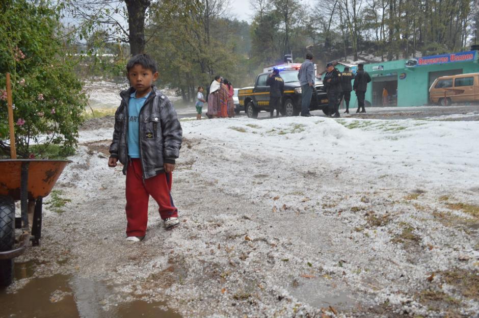 Los pequeños veían con asombro lo ocurrido, un manto blanco, similar a la nieve, cubrió de blanco varias poblaciones de Totonicapán. (Foto: José García/ Nuestro Diario)