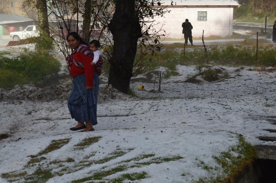 Comunidades de Totonicapán quedaron cubiertas con un manto blanco. Lamentablemente, el granizo podría haber dañado todos los cultivos de los pobladores. (Foto: José García/ Nuestro Diario)