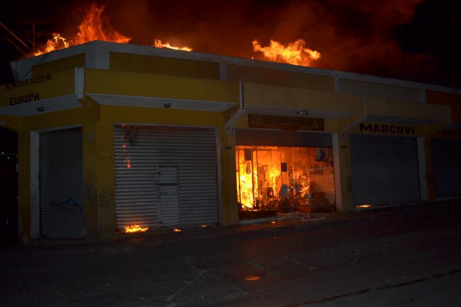 Los quetzaltecos lamentan la pérdida de los negocios que han sido parte de la historia de esa ciudad. (Byron Bravo/Nuestro Diario)