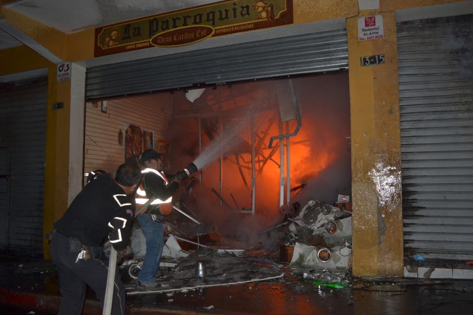 Los vecinos también colaboraron para tratar de apagar el incendio en la madrugada de este viernes. (Foto: Byron Bravo/Nuestro Diario)