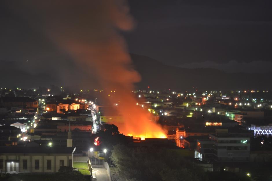 El incendio consumió varios locales del Centro Histórico de Quetzaltenango. El fuego se expandió a partir de la medianoche por la zona. (Foto: Byron Bravo/Nuestro Diario)