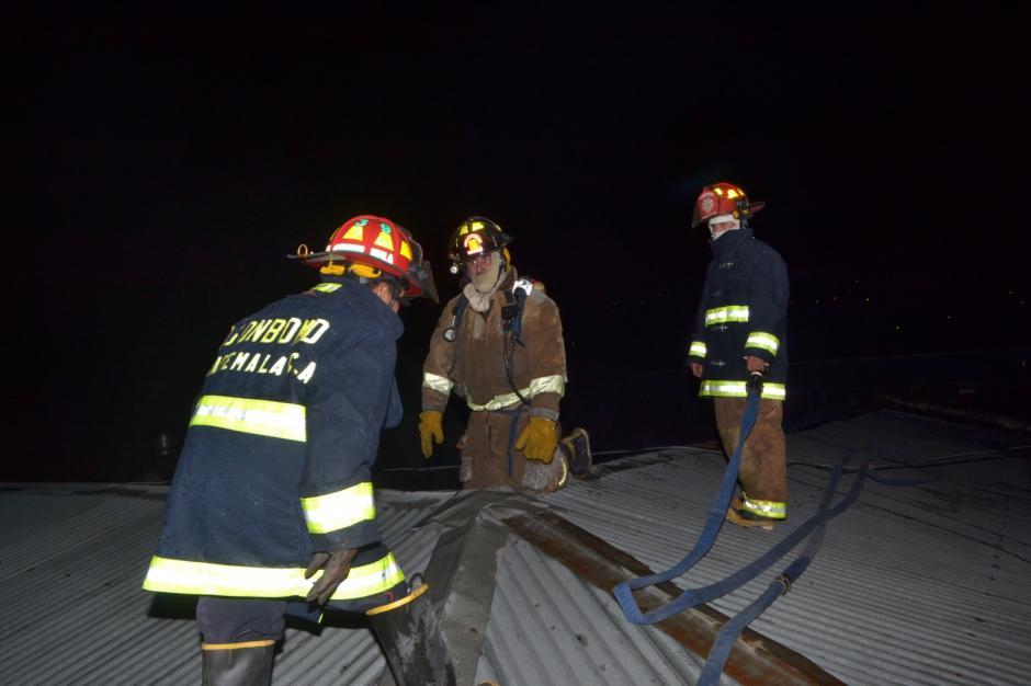 Los bomberos trataron de ingresar por el techo de los negocios para apagar el incendio.(Foto: Byron Bravo/Nuestro Diario)