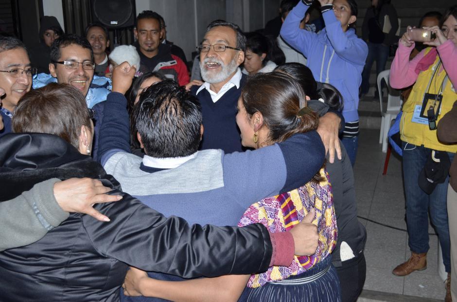 Al conocer los resultados de la elección municipal, Luis Grijalva celebró junto a sus simpatizantes en el centro de cómputo.(Foto: Vinicio Tan/Nuestro Diario)