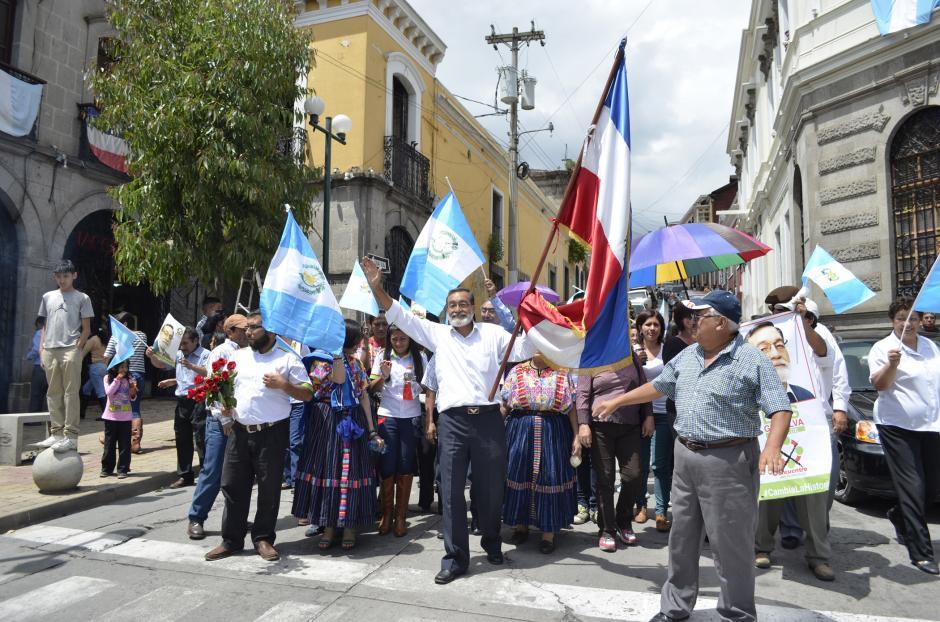 El alcalde electo recorrió junto a sus simpatizantes y equipo las calles de Quetzaltenango con la bandera de esa ciudad.(Foto: Vinicio Tan/Nuestro Diario)