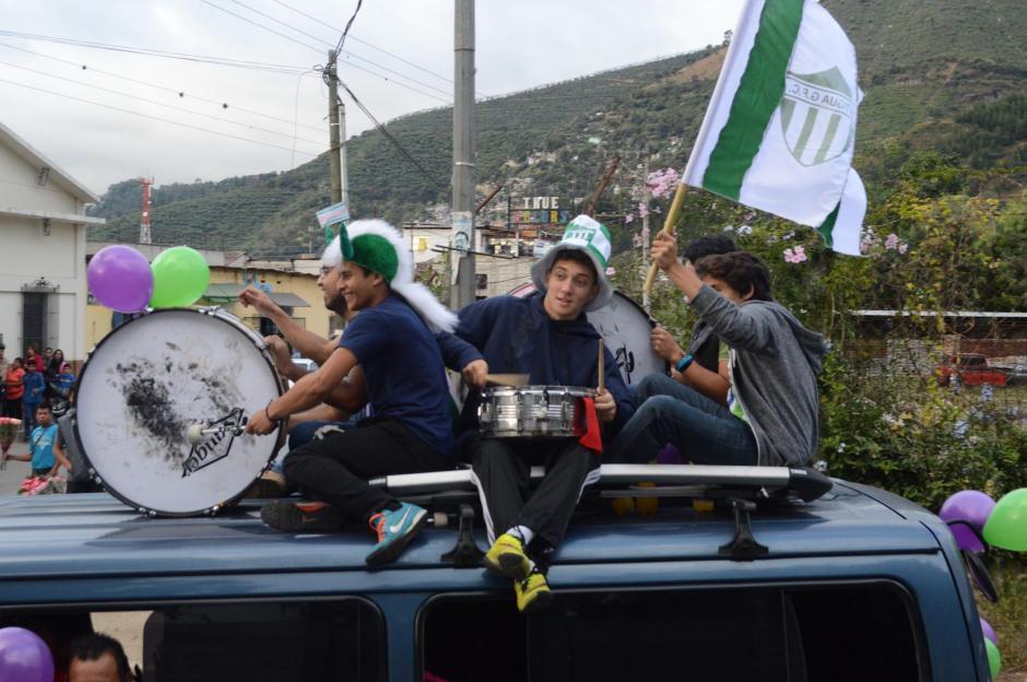 Con bombos, bengalas, cantos y papelitos los seguidores de Antigua apoyaron a su equipo este sábado por la tarde. A horas de la gran final ante Guastatoya.(Foto: Pablo Solís/Nuestro Diario)