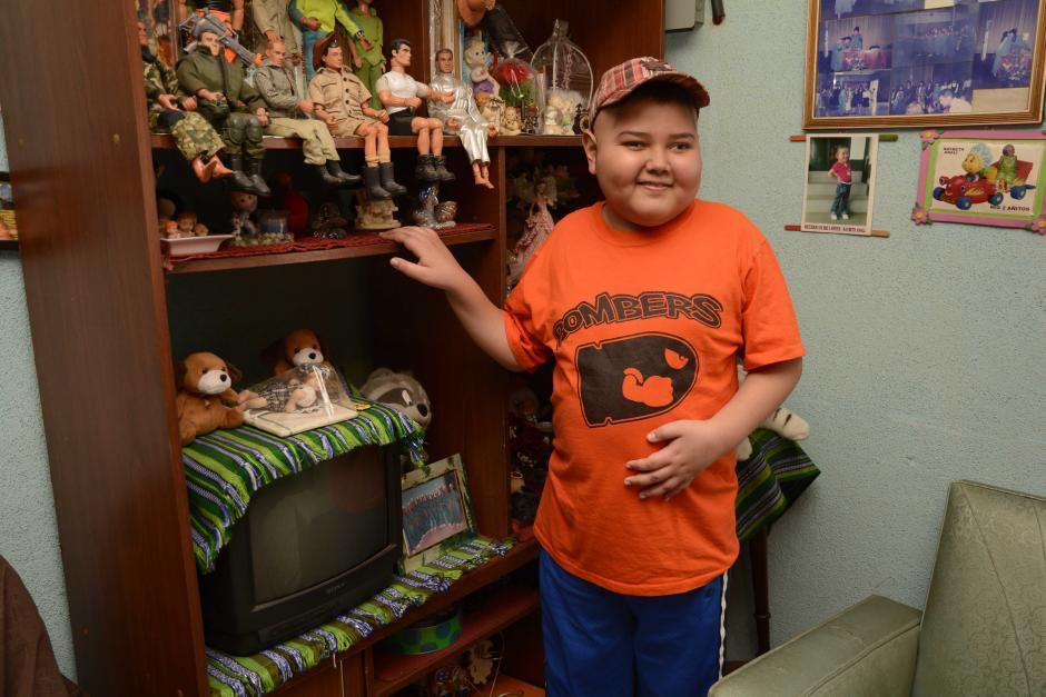 """""""Marquitos"""" vive en Chimaltenango, y este lunes viajó a la capital para conocer a los jugadores cremas. (Foto: Nuestro Diario)"""