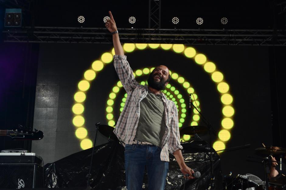 """En Panajachel, Giovanni Pinzón, vocalista de """"Bohemia Suburbana"""", cautivó con su presentación. (Foto: Carlos Duarte/Nuestro Diario)"""