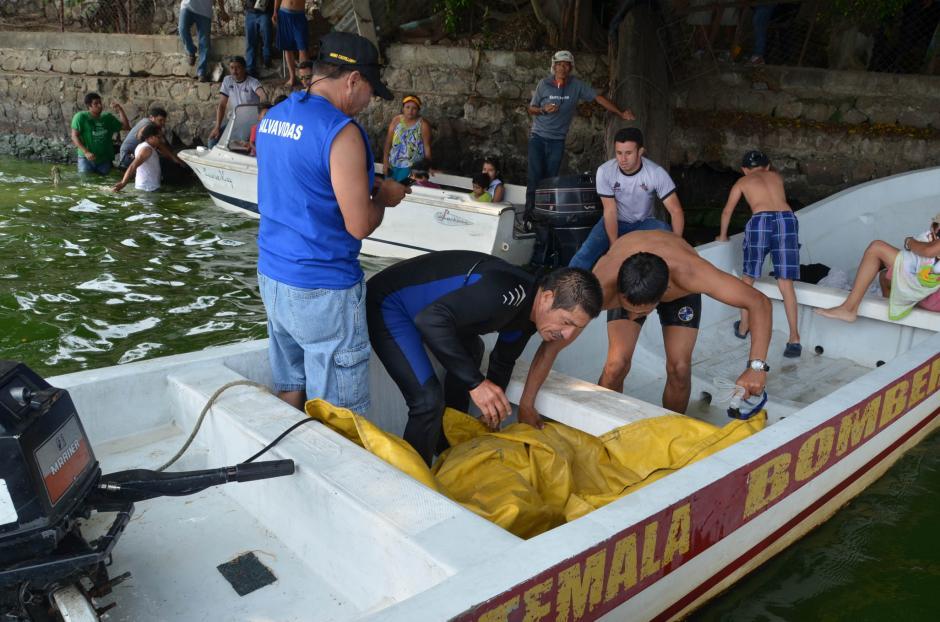 La embarcación se hundió cerca de uno de los muelles del Lago de Amatitlán. (Foto: Juan Torres/Soy502)