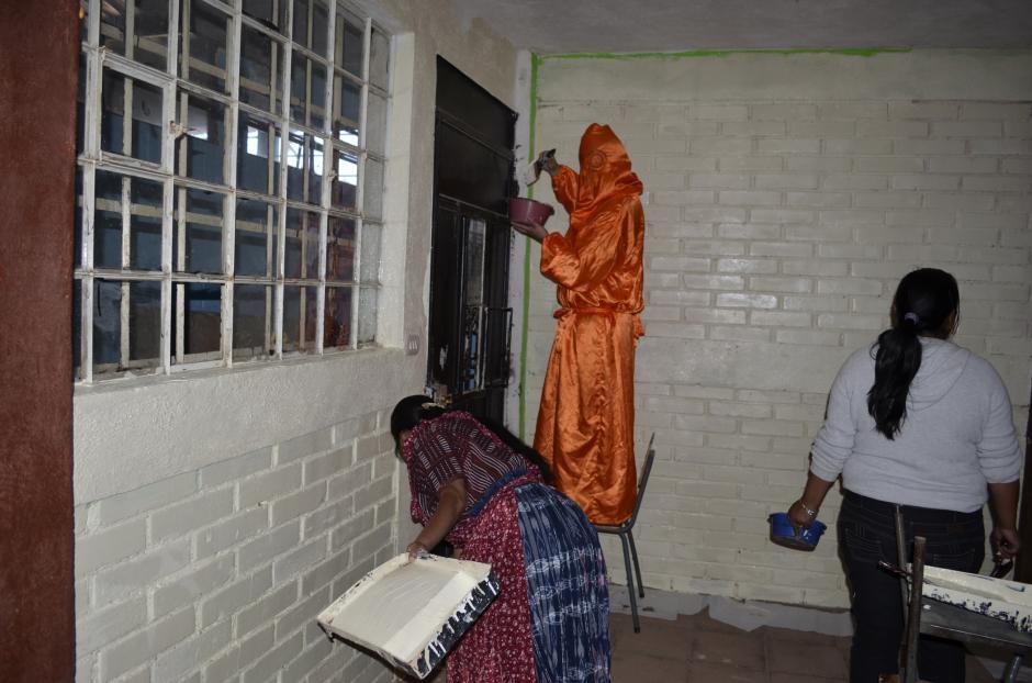 Algunos padres de los alumnos y maestros colaboraron para pintar las aulas. (Foto: Marco Vinicio Tan Chavez/Nuestro Diario)