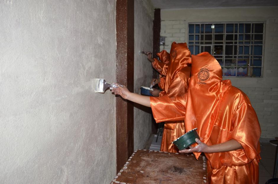 Los sancarlistas pintaron dos aulas de una escuela para demostrar que quieren apoyar a la sociedad. (Foto: Marco Vinicio Tan Chavez/Nuestro Diario)