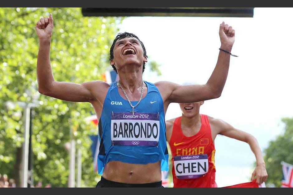 El sublime momento en el que Barrondo cruza la meta para darle a Guatemala su primera medalla olímpica. (Foto: Archivo/Soy502)