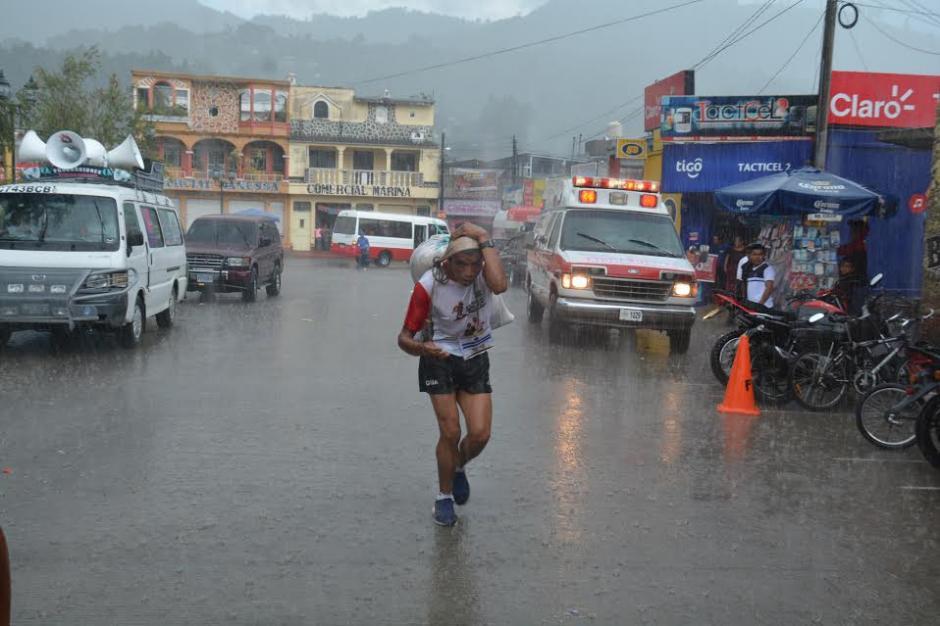 Al retorno del cerro Chi-Ixim los competidores lucharon contra la lluvia.  (Foto: Fredy Cu)