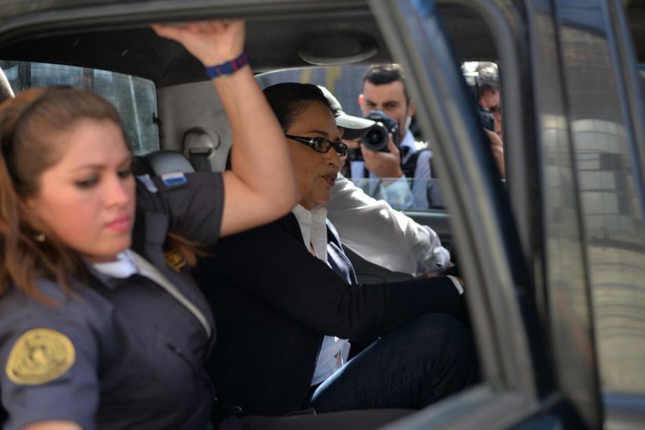 Momento en que Baldetti es trasladada de Tribunales al Preventivo para mujeres de la zona 18. (Foto: Wilder López/Soy502)
