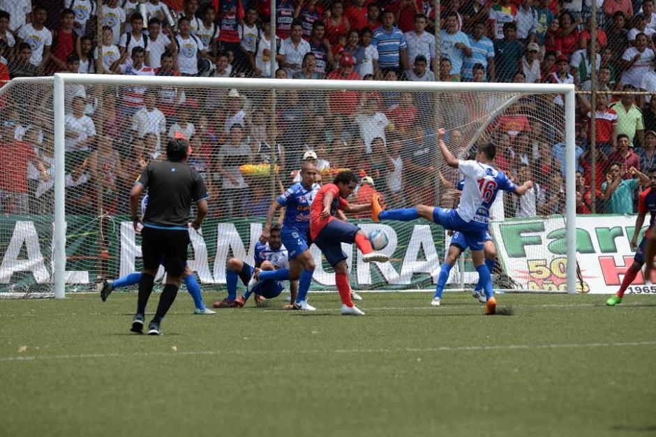 """Juan Valenzuela fue bien marcado por la zaga de los """"venados"""". (Foto: Nuestro Diario)"""