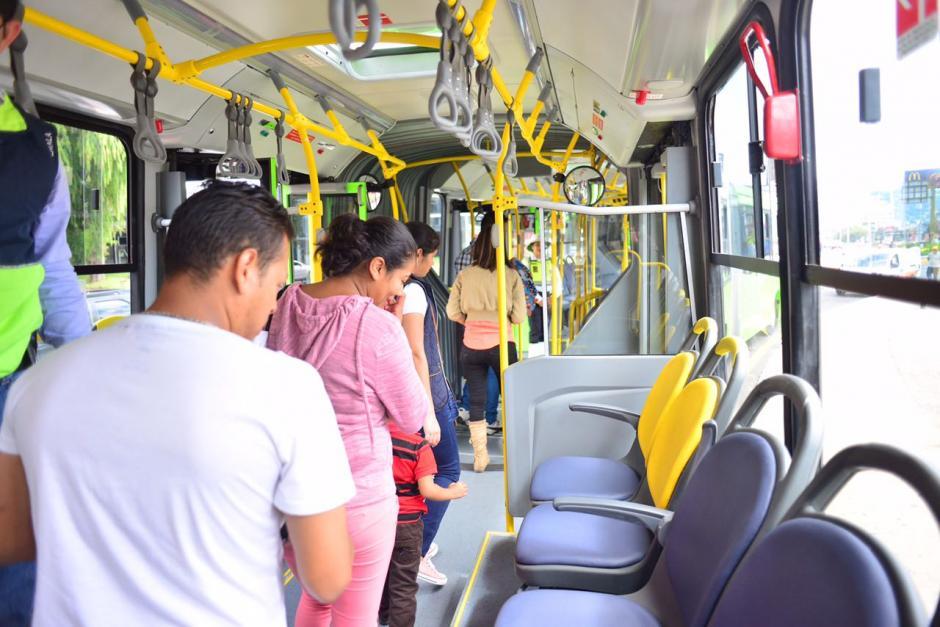 Usuarios observan el interior de las unidades nuevas de Transmetro. (Foto: Jesús Alfonso/Soy502)