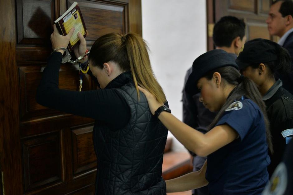 Daniela Beltranena fue revisada previo a su ingreso a la Sala de Vistas de la CSJ. (Foto: Wilder López/Soy502)