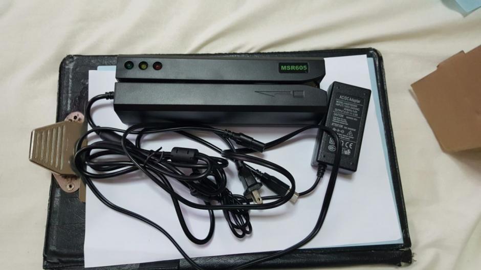 Las autoridades encontraron un aparato que lee tarjetas, el cual se usa para robar los datos. (Foto: PNC)